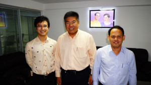 Uthai Tantipimoltham (centre) accompanied by Dr. Poohrich Sinwat (left and Witaya Kreangkriwit